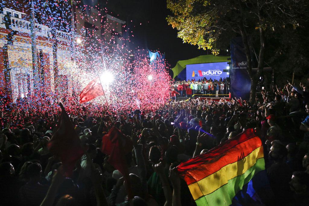 Seguidores del presidente de Venezuela, Nicolás Maduro, se congregan ante el Palacio Presidencial en Caracas, Venezuela, el 20 de mayo de 2018 para celebrar la reelección del dirigente. Foto: Ariana Cubillos/AP.