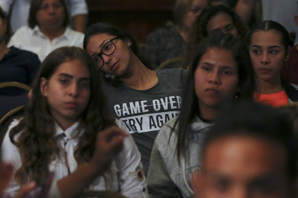 Seguidores escuchan un discurso del aspirante a la presidencia de Venezuela Javier Bertucci en Caracas, Venezuela, el 20 de mayo de 2018. Foto: Fernando Llano/AP.