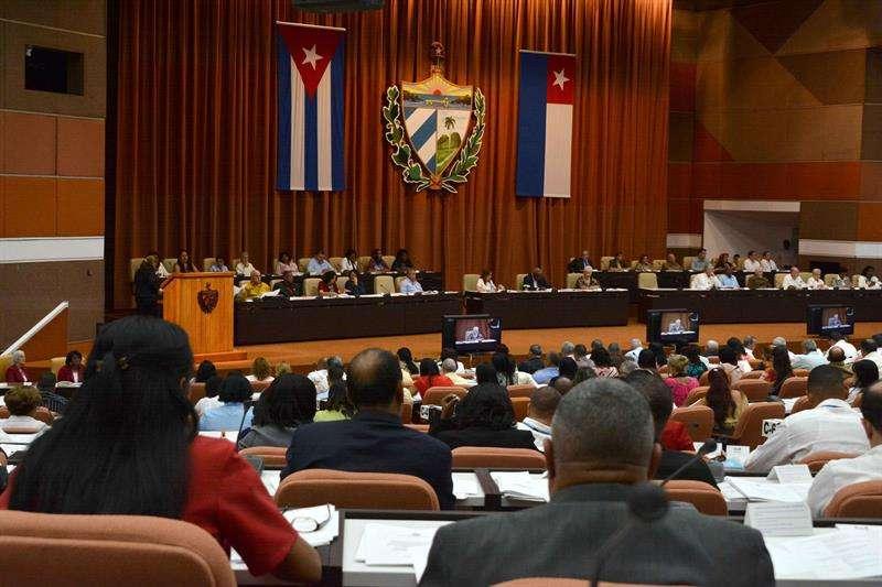 La sesión de la Asamblea Nacional de hoy nombró a la comisión encargada de reformar la Constitución para adaptarla a la realidad actual de la isla pero sin modificar el sistema político. Foto: Marcelino Vázquez / EFE.