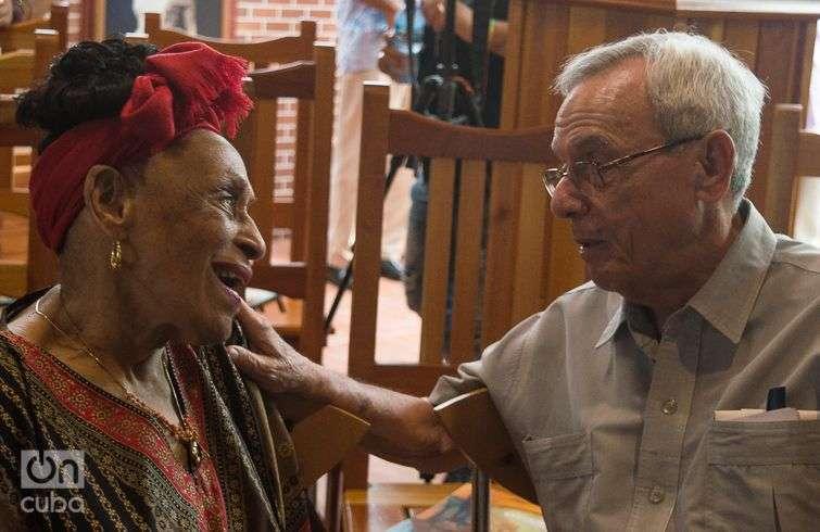 Omara Portuondo conversa con Eusebio Leal en el lanzamiento del nuevo disco de la diva del Buena Vista Social Club. Foto: Otmaro Rodríguez.