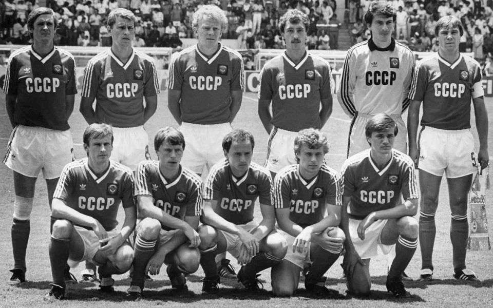 El equipo de la Unión Soviética posa para los fotógrafos antes del comienzo del partido de la Copa Mundial entre la URSS y Francia en León, México, el 6 de junio de 1986. De izquierda a derecha, de pie; Vladimir Bessonov, Pavel Yakovenko, Oleg Kuznetsov, Sergi Aleinikov, Rinat Dassaiev, Anatoli Demianenko. Primera fila, de izquierda a derecha; Ivan Yaremchuk, Nikolaj Larionov, Igor Belanov, Alexandr Zavarov, Vasili Rats. El partido terminó en un empate 1-1. Michel Lipchitz / AP