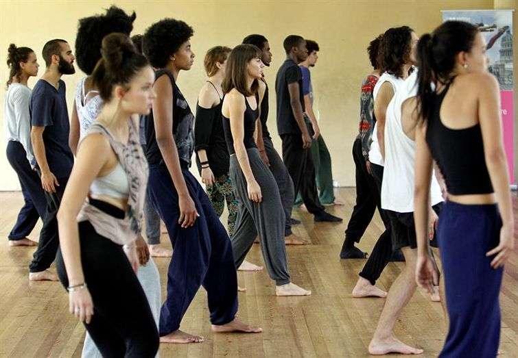 Bailarines de la compañía Danza Contemporánea de Cuba participan en un ensayo como parte de una colaboración con la coreógrafa británica Lea Anderson. Foto: Ernesto Mastrascusa / EFE.