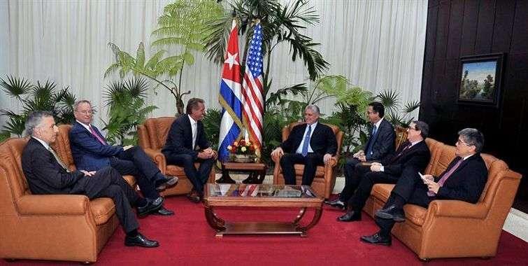 Encuentro de Díaz-Canel (c-d), acompañado por su canciller, Bruno Rodríguez (2d), con el senador estadounidense Jeff Flake (c-i) y el ejecutivo de Google Eric Schmidt (2i) este 4 de junio de 2018, en La Habana. Foto: Geovanis Fernández / EFE.