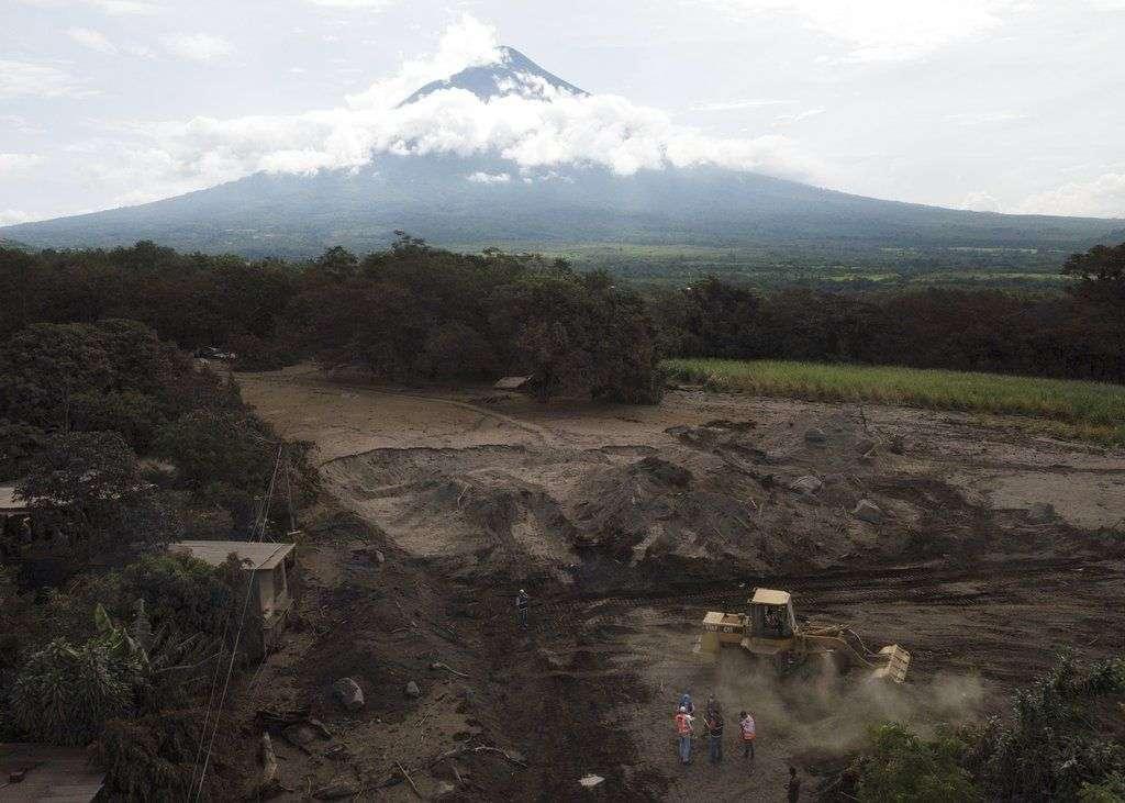 Una excavadora mueve pilas de ceniza volcánica en El Rodeo, Guatemala. Foto: Rodrigo Abd / AP.