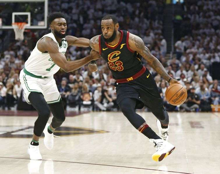 LeBron elude a Jaylen Brown, de los Celtics de Boston, durante el sexto partido de la final de la Conferencia del Este, el 25 de mayo de 2018. Foto: Ron Schwane / AP.