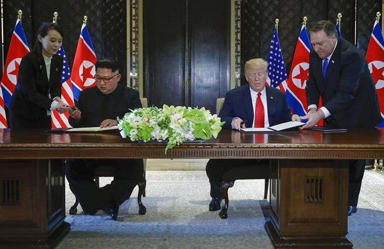El líder de Corea del Norte, Kim Jong Un, y el presidente de Estados Unidos, Donald Trump, firman el documento final de su cumbre en Singapur. Foto: Evan Vucci / AP.