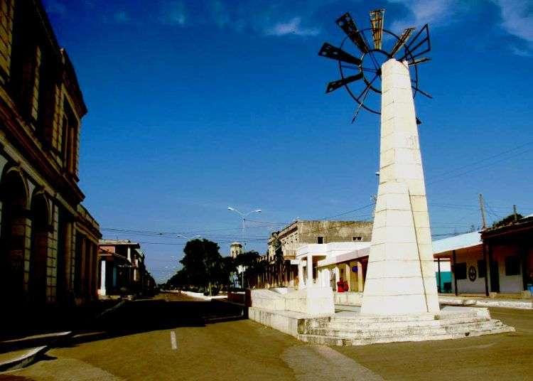 Su prado en la avenida Máximo Gómez es uno de los mayores atractivos de la infraestructura urbanística de Puerto Padre. Al final del paseo se encuentra el conjunto escultórico El Quijote