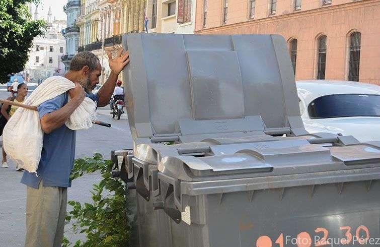 Los buzos buscando en la basura algo para vender, son un paisaje relativamente nuevo en Cuba pero que crece cada día / Foto: Raquel Pérez