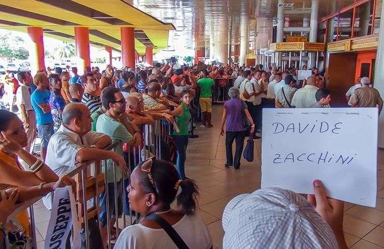 Las personas esperan la llegada de familiares y amigos detrás de una baranda en el Aeropuerto Internacional José Martí de La Habana