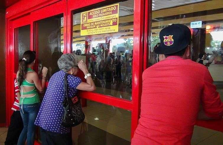 Familiares esperando en el Aeropuerto Internacional José Martí de La Habana