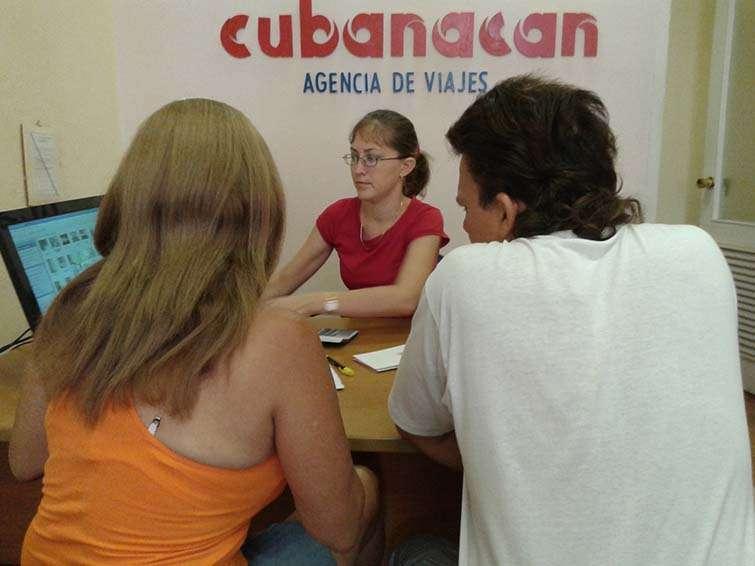 María de los Ángeles y Rafael estudian las opciones que mejor le alcancen a sus bolsillos / Foto: J.J Nieves.