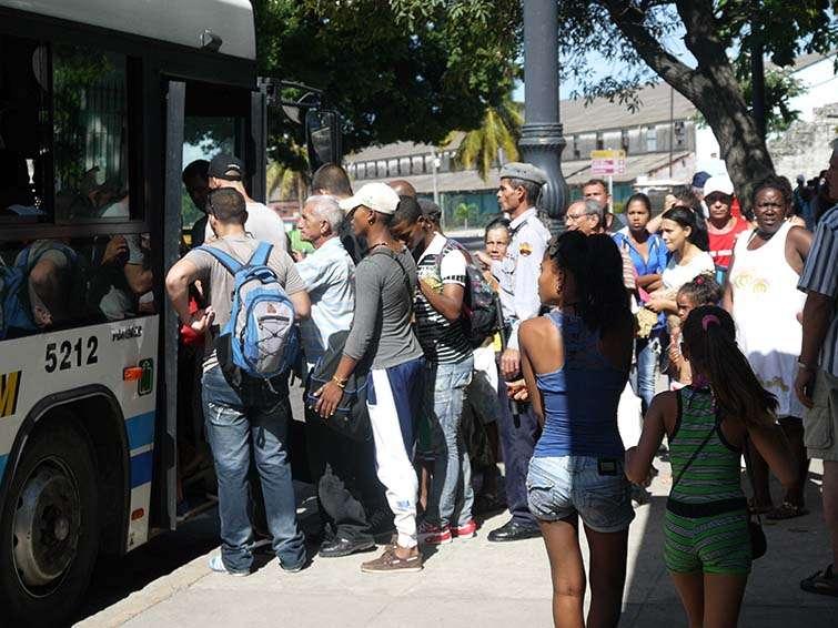 La travesía para llegar a la playa comienza con una cola de 1 hora en la parada del bus en La Habana Vieja / Foto: Ariel Montenegro.