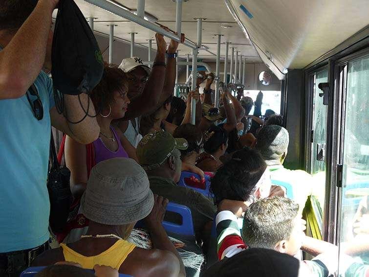El autobús viaja repleto y tarda alrededor de una hora en llegar hasta la playa de Guanabo / Foto: Ariel Montenegro.