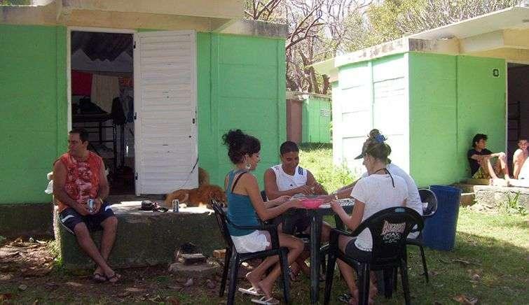 La gente lleva al campismo sus ventiladores, sabanas, hornillas para cocinar y la infaltable mesa de dominó / Foto: Julio Batista.
