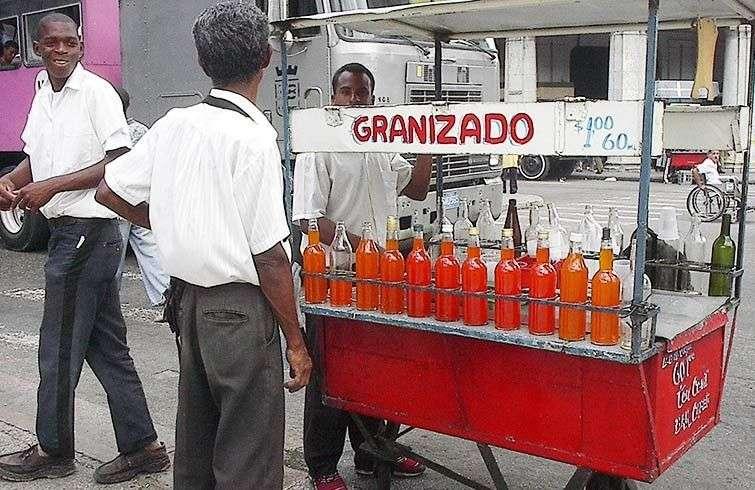 En Cuba todo el comercio fue estatizado desde 1968, incluyendo hasta los vendedores callejeros, aunque solo comerciaran hielo con sabor como el de este carrito de granizado / Foto: Raquel Pérez.