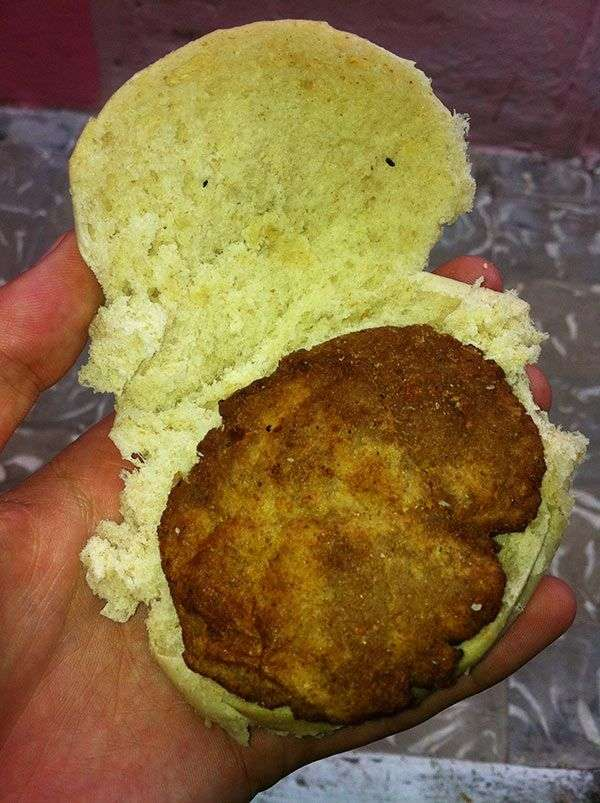 Este pan con hambergue (especie de croqueta escachada) lo compré justamente en el Neptuno Bar / Foto: Jorge Carrasco.
