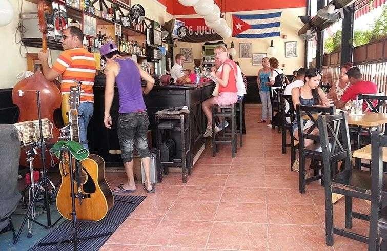 La apertura del turismo mejoró sustancialmente algunas cafeterías estatales pero lejos de parar el robo lo aumentó. Mucha de la bebida y alimentos que se ofertan son traídos por los propios camareros para sacarse un dinero extra / Foto: Raquel Pérez.