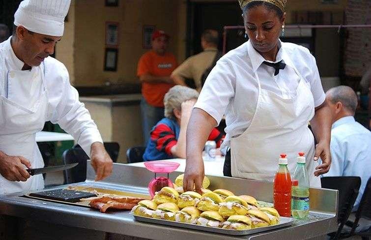 Muchos alimentos de las cafeterías estatales se exhiben en plena calle sin la menor protección. Cuando el Estado es juez y parte se hace más difícil exigirse a sí mismo el rigor sanitario / Foto: Raquel Pérez.