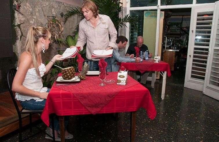 La competencia que han generado los cuentapropistas con sus paladares fue el tiro de gracia para muchos de los restaurantes del Estado. Los superan en el ambiente, la calidad de la comida y sobre todo en la atención al cliente / Foto: Raquel Pérez.