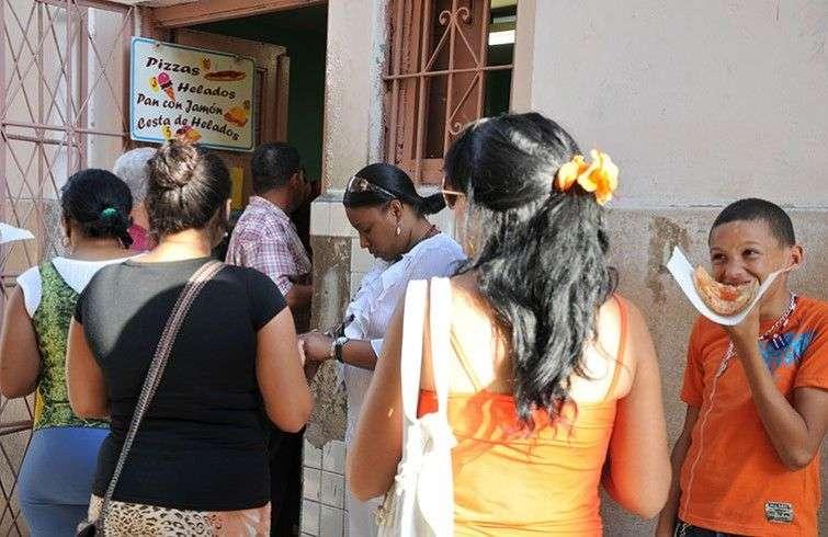 Antes de la apertura del trabajo por cuenta propia la oferta gastronómica era muy escasa y las colas enormes. Hoy en cualquier parte de la Isla se puede comer una pizza o un sándwich, sin tener que esperar horas / Foto: Raquel Pérez.