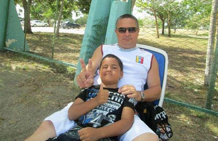 Con su hijo más pequeño / Foto: Tomado de su perfil de Facebook.