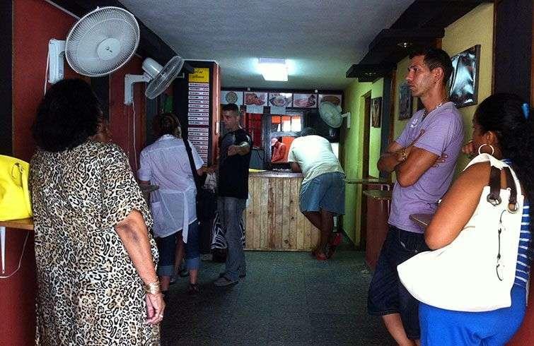 """""""A mi manera"""", cafetería particular en la calle Neptuno / Foto: Jorge Carrasco."""