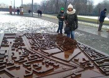 Esmeralda ante la maqueta del Muro de Berlín