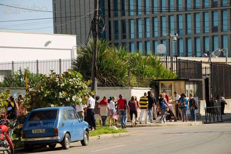La embajada de los Estados Unidos en La Habana suspendió la entrega de visas a los cubanos. Foto: Alain L. Gutiérrez.