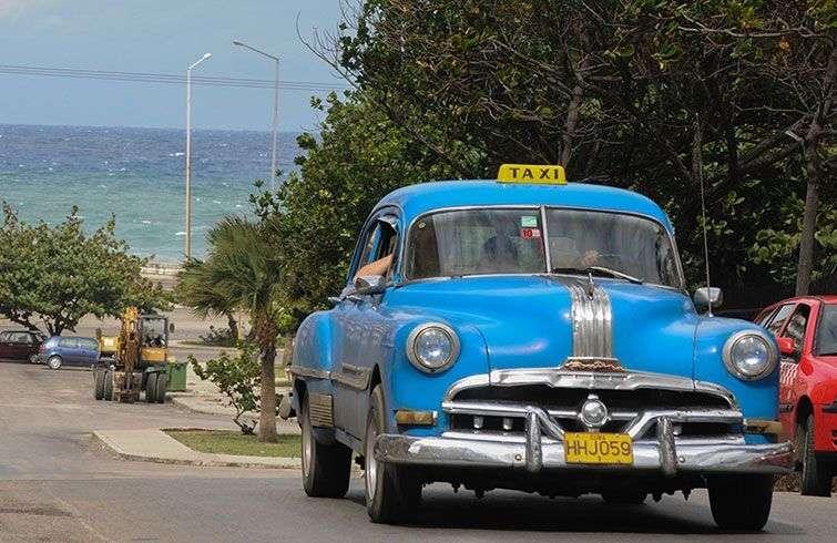 Los taxis particulares han sido la salvación para muchos cubanos aunque tienen un precio prohibitivo para quien reciba un salario del Estado / Foto: Raquel Pérez.