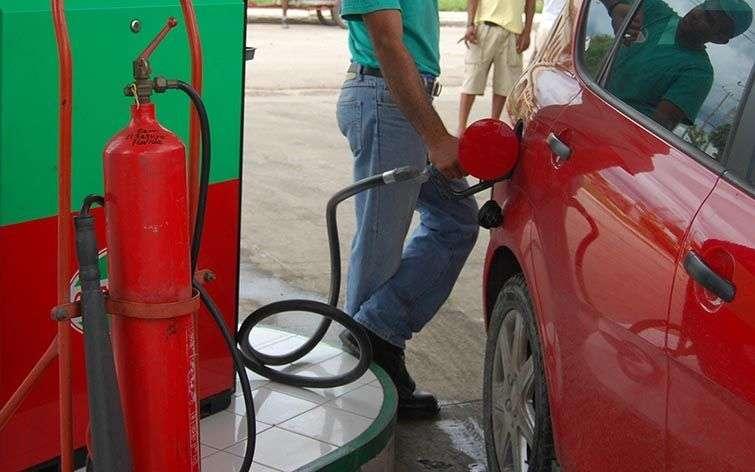 Muchos de los trabajadores de los servicentros consiguen ingresos extras comerciando con combustible / Foto: Raquel Pérez.