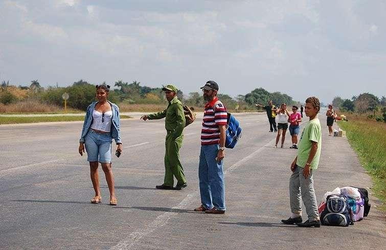 Muchísimos cubanos tienen que transportarse haciendo botella en las carreteras / Foto: Raquel Pérez