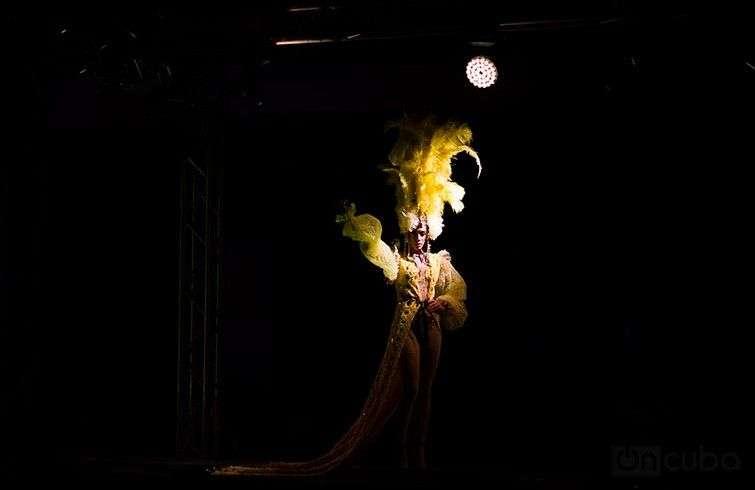Arte y Moda vuelve cada dos años al Museo de Arte Cubano para ofrecer variedad y creatividad en los trajes presentados / Foto: Roby Gallego.