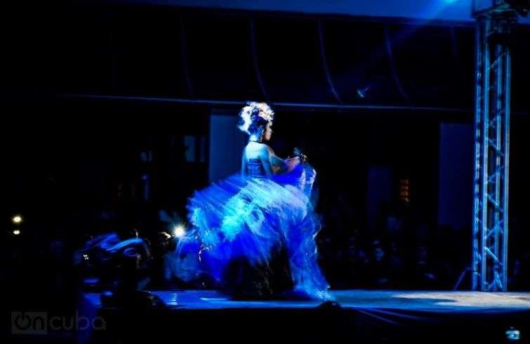 El diseño de luces, la música y el performance de las modelos hacen de Arte y Moda un espectáculo único / Foto: Roby Gallego.