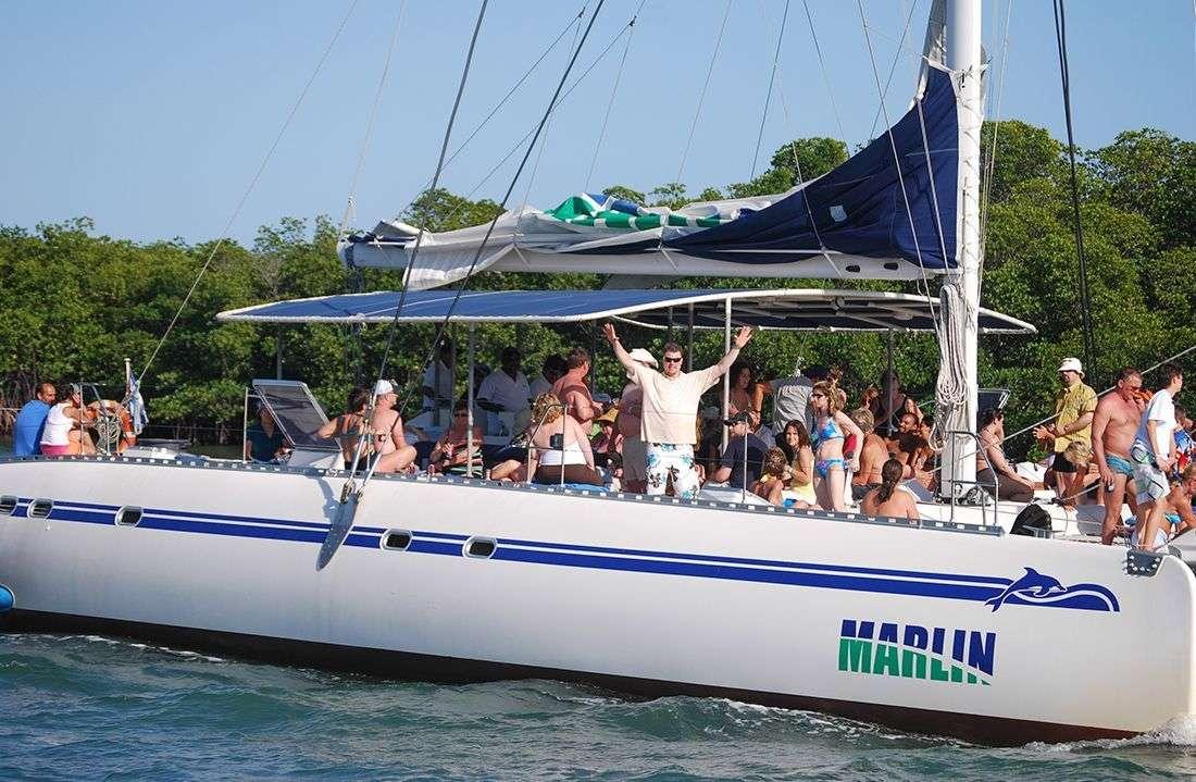 Los ciudadanos cubanos tienen prohibido montarse en barcos comerciales o turísticos. / Foto: Raquel Pérez Díaz