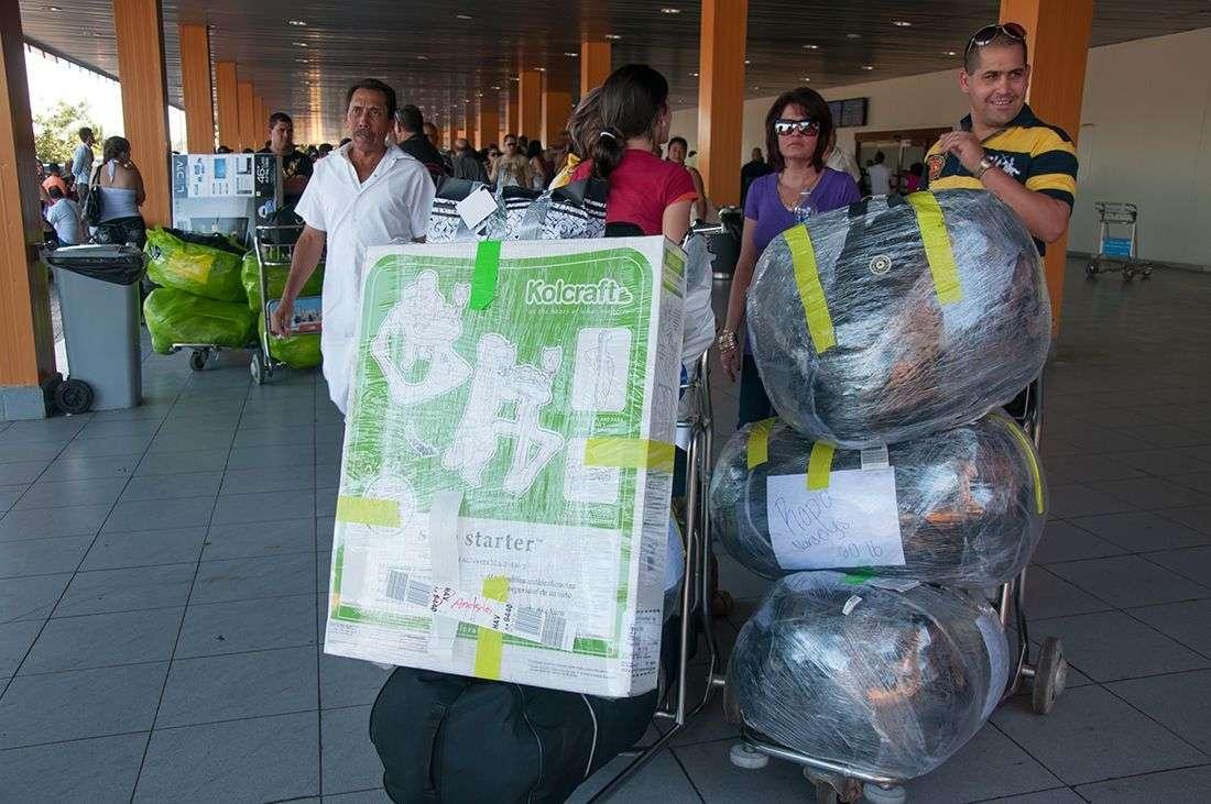 El transporte marítimo entre Cuba y los EEUU les permitiría a lo cubanos viajar con más equipaje, algo muy importante para ellos. / Foto: Raquel Pérez Díaz