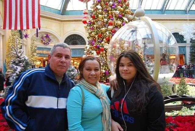 Roberto Peláez con su familia en Las Vegas