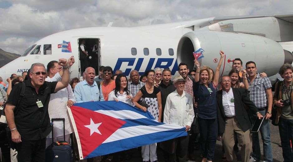 A la Cumbre paralela asisten dos delegaciones cubanas enfrentadas entre sí.
