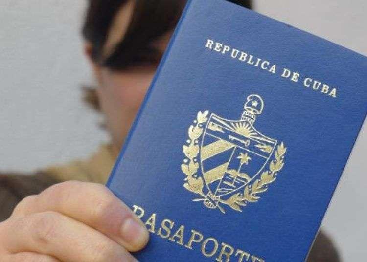 Pasaporte cubano. Foto: Pablo Eppelin.