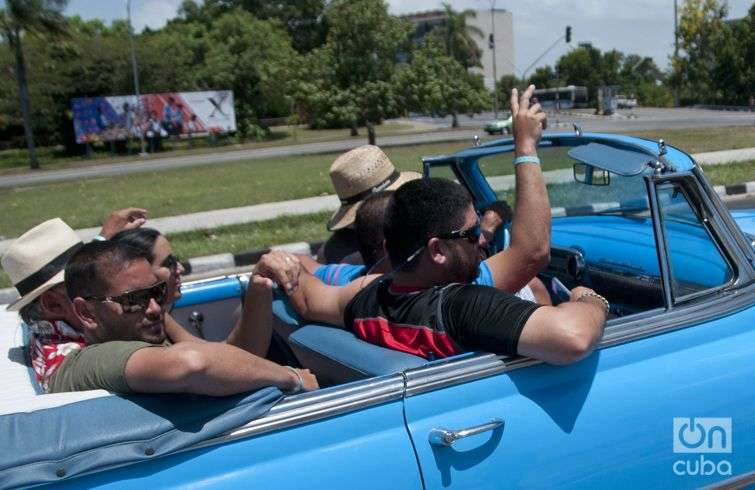 A group of Argentinean tourists enjoys the ride. Photo: Roberto Ruiz