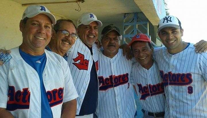 Con el equipo de Softbol de los Actores, en su más reciente visita a Cuba
