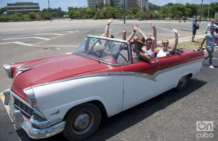 Con el ruido de las bocinas, los convertibles hacen saber a todos que llevan una nueva excursión. Foto: Roberto Ruiz