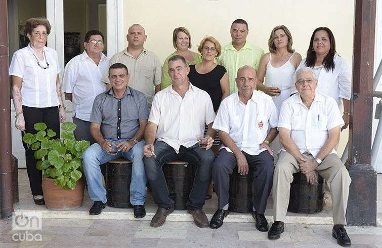 Siete maestros roneros frente a las aspirantes a Maestras Roneras. Foto: Alain L. Gutiérrez Almeida