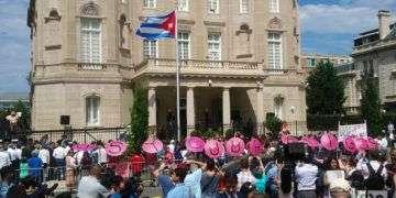 Este 20 de julio fue izada la bandera cubana en Washington, en la sede de la nueva embajada. Foto: Tahimi Arboleya / OnCuba