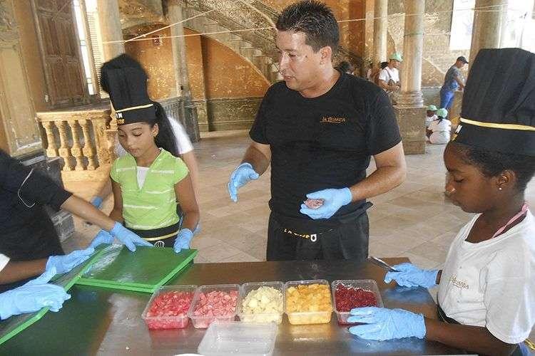 Los niños preparan un Gazpacho de melón, junto a los chefs de La Guarida / Foto: Cortesía La Guarida