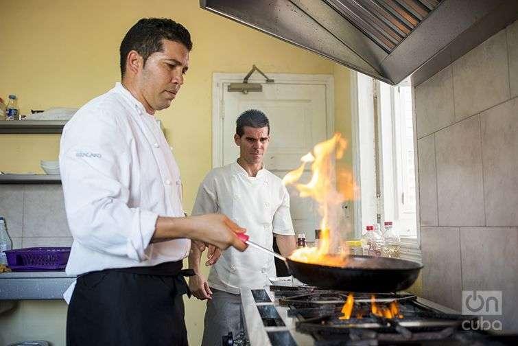 Gilberto Smith prepara una langosta al café en la cocina de su restaurante Pizza Nella / Foto: Alain L. Gutiérrez Almeida