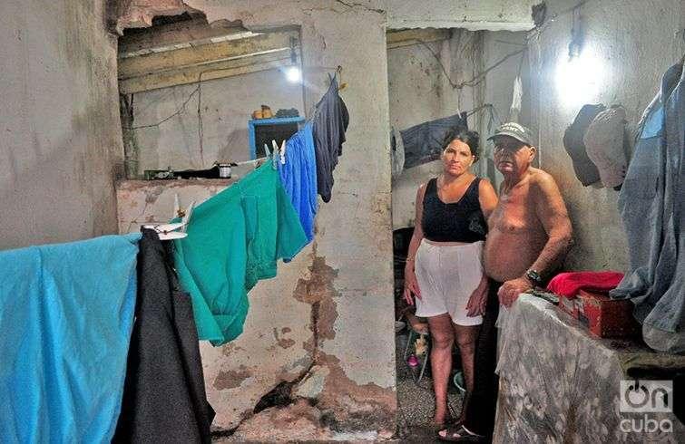 Teddy Jacomino Brazar y su esposa aspiran a poder algún día abandonar esta zona de riesgo. Foto: Yariel Valdés