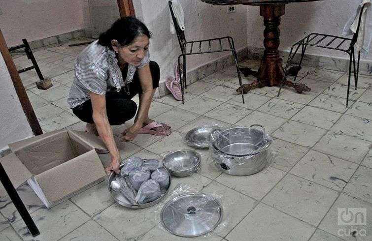 Elida muestra la ayuda gubernamental que recibió por la afectación. Foto: Yariel Valdés