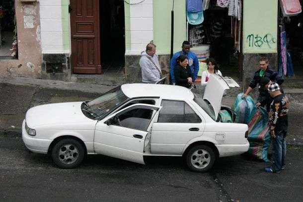 Cubanos de compra en el mercado de Ipiales. Foto: www.planv.com.ec