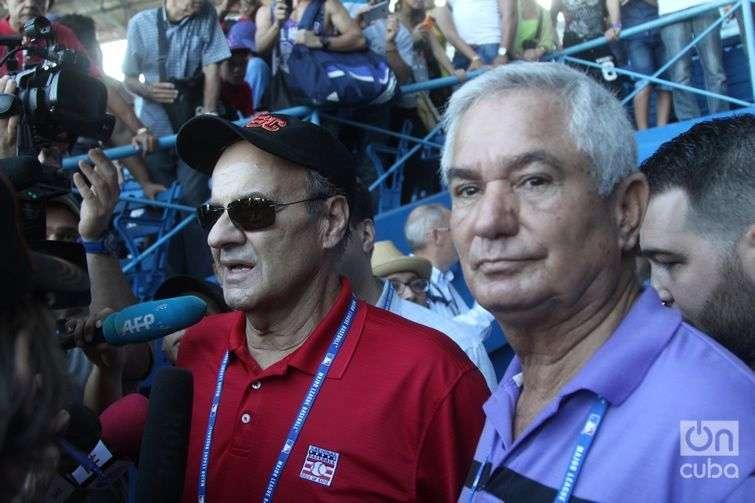 Joe Torre, director de operaciones deportivas de la MLB e Higinio Vélez, presidente de la Federación Cubana de Béisbol, durante una clínica de la MLB en La Habana en diciembre de 2015. Foto: Roberto Ruiz.
