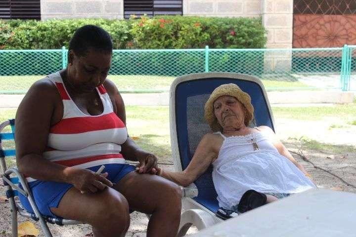 Una de las cuidadoras de Nueva Vida, con una de las clientas. Foto: cortesía de la entrevistada